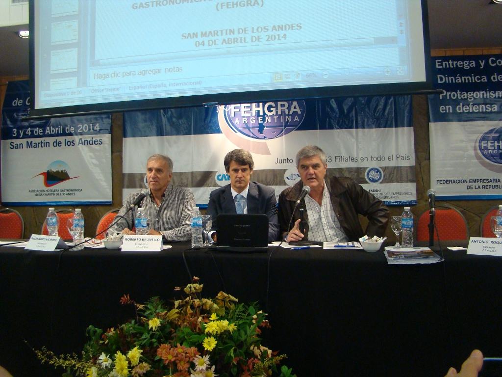 En la otra imagen, Alejandro Moroni, Alfonso Prat-Gay y Roberto Brunello.