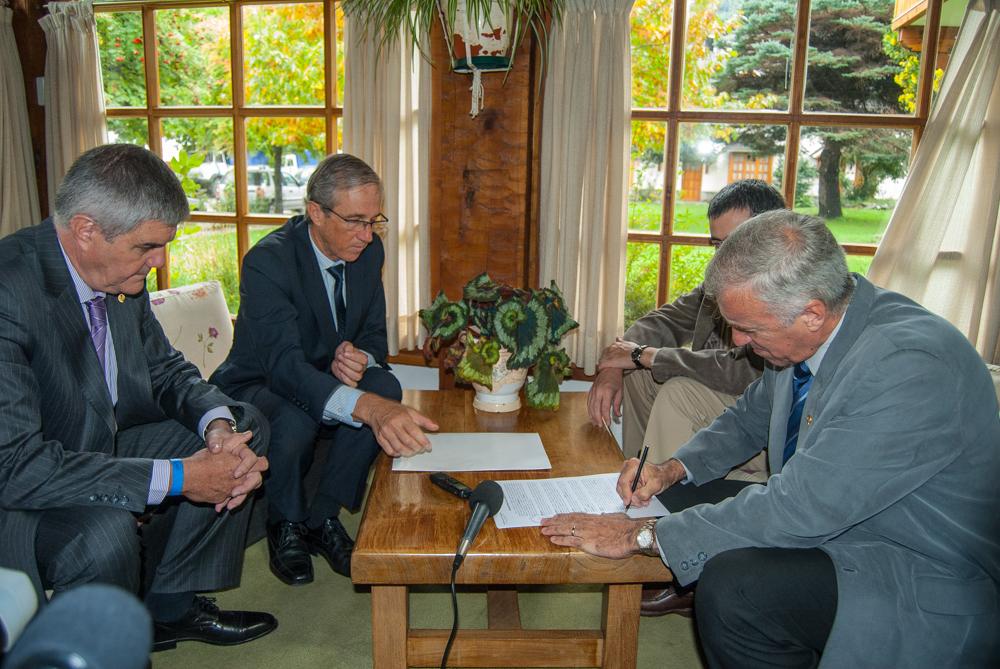 En la firma del convenio, de izquierda a derecha, Roberto Brunello, Leandro Bertoya, Gustavo Fernandez Capiet y Alejandro Moroni.
